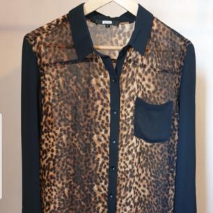 Svinsnygg transparant/mesh leoskjorta. Det är storlek L men är mer som en M, skulle även passa en S. Sparsamt använd så i toppskick