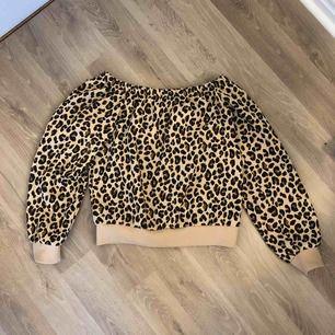 Leopardmönstrad Off the shoulder tröja i sweatshirt material. Använd max 5 gånger. Storlek XS.  Frakt tillkommer 🤩