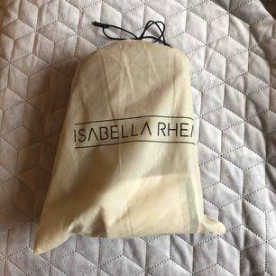 Crossbody från Isabella Rhea ljusgrå. Använt fåtal gånger. Frakt ingår ej!