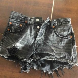 Svart/gråa heans shorts från Levi's Strl: W24  Köpa för ca 500kr   Använda få gånger och är i väldigt bra skick