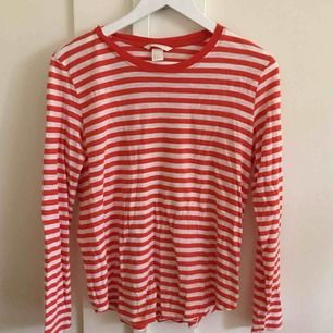 Fräsch randig tröja från H&M. Köparen står för frakt på 42 kr.