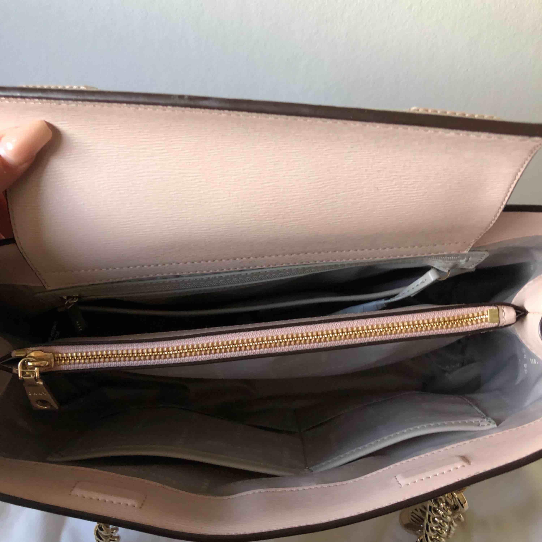 """Helt NY Dkny väska i färgen """"dusty rose"""". Säljer pga att jag inte fått någon användning av den.  Fraktar endast!  Frakt: 40kr. Väskor."""
