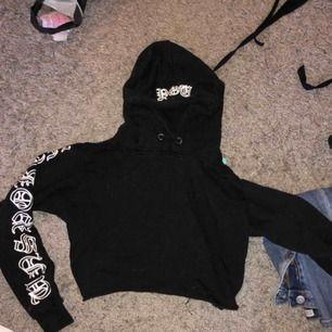 Croppad hoodie från bikbok med tryck på ärmarna och luvan:) Nypris: 350kr, frakt ingår ej😚😚