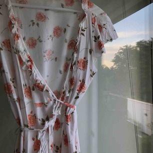 Jättefin och somrig klänning från Asos. Man knyter klänningen i bak, det ser ni på sista bilden. Använd två gånger så nästan helt ny. Fri frakt 🌸