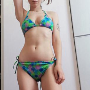 Helt ny (köpt utomlands) bikini som passar på mig som har XS och 70C (står att det är stl M i den men passar bra på mig). Såklart kan man göra den bredare. Aldrig använd endast provad (därav begagnad då jag testat den). Frakt 42 kr.