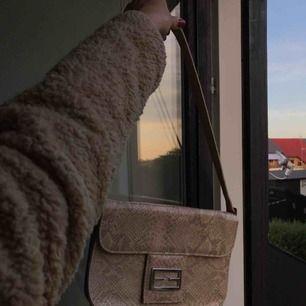 Jättefin, lite beige väska, med ormskinns motiv. Köpt second hand! Fri frakt 🐍