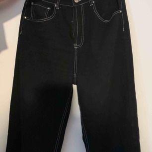 Asballa Jeans från boohoo med vita sömmar som är kortare i modellen. men passar bra på någon som är ungefär 165 cm. Knappt använda och sitter riktigt bra. Frakt tillkommer på 52kr<3 skriv för mer bilder
