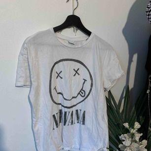 Cool nirvana tröja, den är ganska tunn men annars är skicket bra<3 frakt tillkommer på 42kr