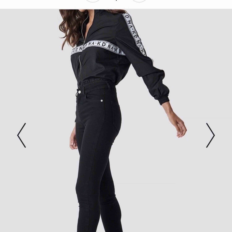 Svarta jeans från NAKD  Lite högmidjade . Jeans & Byxor.