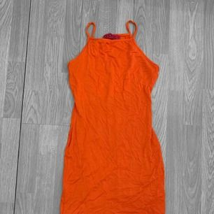 Orange klänning från Boohoo storlek 36, använt skick. Frakt kostar 36kr extra, postar med videobevis/bildbevis. Jag garanterar en snabb pålitlig affär!✨ ✖️Fraktar endast✖️