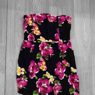Svart klänning med blommor på storlek S-M (för stor på mig) i bra skick. Har en dragkedja på sidan. Frakt kostar 36kr extra, postar med videobevis/bildbevis. Jag garanterar en snabb pålitlig affär!✨