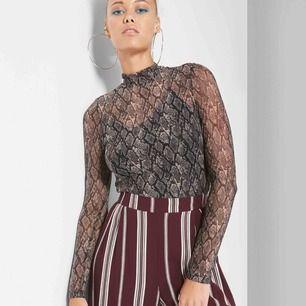 denna ASBALLA snake print mesh tröja köpt i USA!! Storlek S. Säljer för att den inte används.