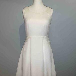 Vit klänning med spets detalj Köpt utomlands