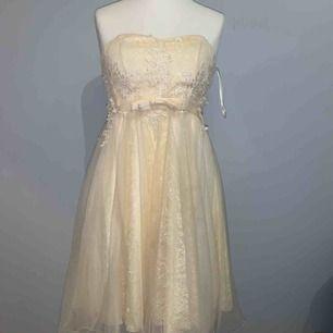 Jättesöt beige klänning  Köpt utomlands Använd en gång