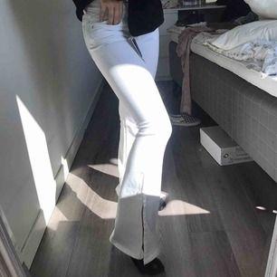 Jag säljer dessa bootcut byxorna från zara, köpte de av en tjej på insta men de har aldrig används bara testats, frakten står du för💗