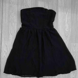 Svart knälång klänning från Club L storlek 10 (S-M) i bra skick förutom små små fläckar. Den har hällor så man kan ha ett skärp i midjan. Frakt kostar 36kr extra, postar med videobevis/bildbevis. Jag garanterar en snabb pålitlig affär!✨