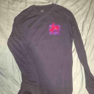 En långärmad T-shirt med tryck. Kostade 199kr när den köptes och har sällan använts.