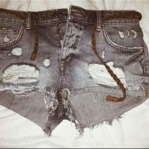 Jeansshorts från Gina tricot -har aldrig använt dom pga försmå -storlek: 36 -nypris: ca 239kr -eventuell frakt står köparen för:) //pris kan diskuteras//