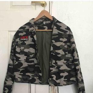 Jag säljer denna JÄTTECOOLA jacka från h&m då den knappt kommer till användning. Den passar alla från XS till en m beroende på hur man vill att den ska sitta!!🥵💕