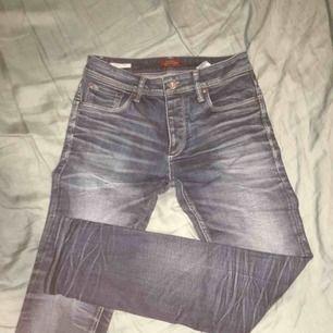 Jeans i bra skick sällan använda. Köpta på Jack and Jones för minst 500kr.