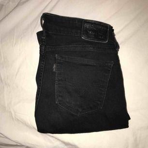 Svarta bootcut jeans med låg midja från Levis. Använda länge. Köpts för 1000kr men säljer dem nu billig eftersom att dom börjar bli slitna.