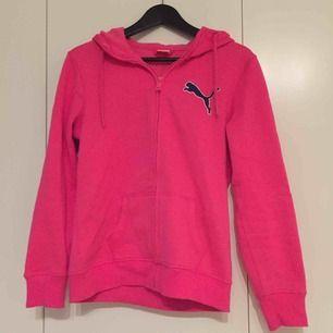 rosa hoodie med dragkedja från puma. frakt 18kr.