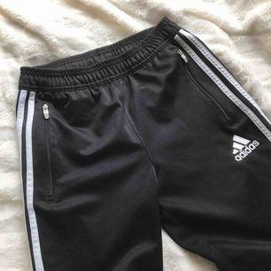 Ett par Adidasbyxor med dragkedjor vid benen. Köparen står för frakten. Skriv för fler bilder🥰 kolla storlek på bilden