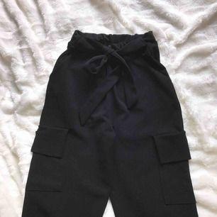 Sköna byxor ifrån prettylittlething med knytning i midjan och fejk fickor. Storlek 32 men passar även som en 34. Köparen står för frakten. Skriv för fler bilder🥰