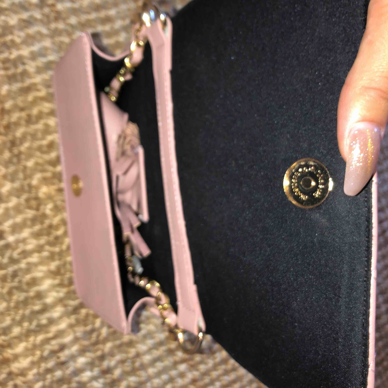 """En """"smutsrosa"""" väska. Är köpt i USA och är i gos skick sen dess💕 Väskan har två olika band så du kan välja och justera själv :). Väskor."""