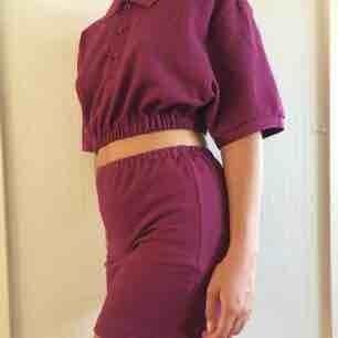 Set med topp och kjol som jag sytt själv av en pikétröja från second hand. Köparen står för frakt (59 kr)