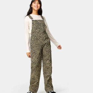 Säljer dess hängselbyxor i leopard mönster som aldrig blivit använda, nypris för dom är 1000kr. Strl S 🤠