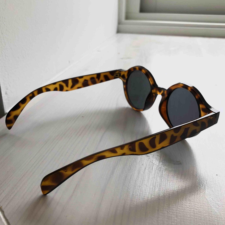 Fina solglasögon i sköldpaddsmönster. Frakt 18 kr!. Accessoarer.