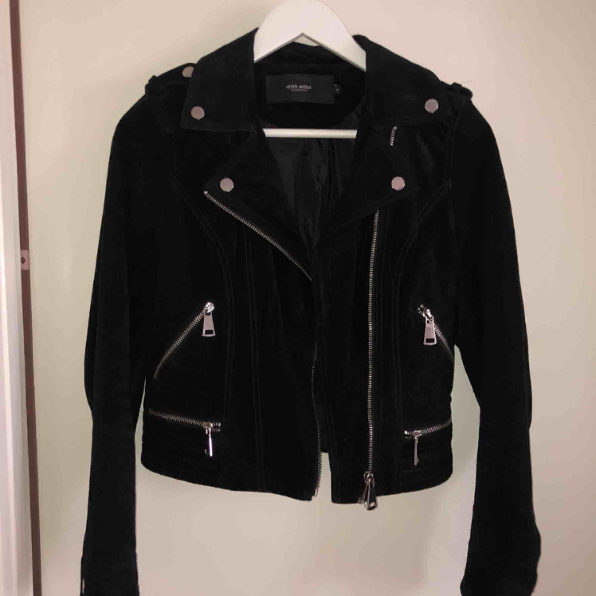 Säljer min äkta läderjacka från Vero Moda i storlek XS. Fina silverdetaljer och i jätte fint skick. . Jackor.