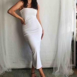 Vacation ready ✨ Strappy vit fodrad bodycon klänning. Aldrig använd. (Bälte även till salu). Frakt 40kr