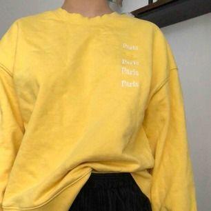Mysig gul tröja från & other stories. På bröstet står det Paris vilket är en så fin detalj :) på mig e den ganska stor men brukar vika in den i byxorna. <3
