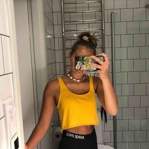 Ett snyggt gult kortare linne från Zara. Storlek S
