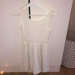 Super fin vit klänning från Cubus! Använd endast en gång! Jag är 170 och den är kort på mig så skulle säga att den passar på dom som är lite kortare än det:) frakt ingår ej💗💗