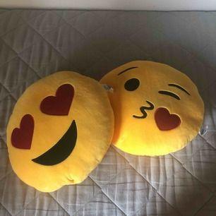 Två super söta emoji kuddar, snabbt använda. 2 för 30kr frakt kommer till! Skriv för frågor
