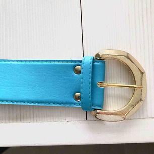 Blått bälte som påminner om 80-talet! Frakt endast 18 kr <3
