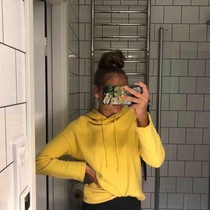 SUPERFIN gul hoodie i storleken XS.
