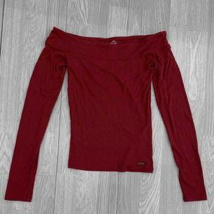 Röd långärmad offshoulder tröja från hollister storlek S. Använt skick. Frakt kostar 36kr extra, postar med videobevis/bildbevis. Jag garanterar en snabb pålitlig affär!✨ ✖️Fraktar endast✖️