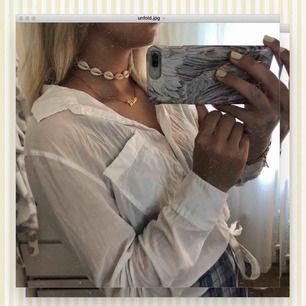 Basic vit skjorta som alla behöver i sin garderob! Jätteskön och perfekt till sommaren. Passar till allt. Bra skick då den är använd 1-2 gånger bara! 150kr 🔥💥