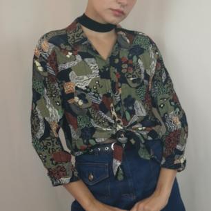 Retro slinkig 80-tals skjorta, jättecoolt mönster! Frakten för denna ligger på 36 kr, samfraktar gärna! 😌👍 (mer fraktkostnad kan tillkomma vid köp av flertalet varor)