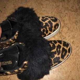 Äkta skor från Michael Kors. Älskar dom men dom är för små för mig, då mina fötter vuxit. Men storlek 38 och superskick.