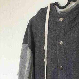 Oversized hoodie med fickor och luva. Betalning kan ske via Swish!