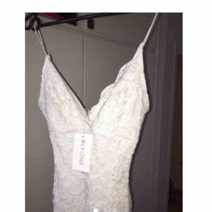 Jätte fin klänning som inte kommer till användning 💔sitter jätte fint och framhäver ens kurvor, från Nelly men slutsåld. Är den på sista bilden men kort modell.