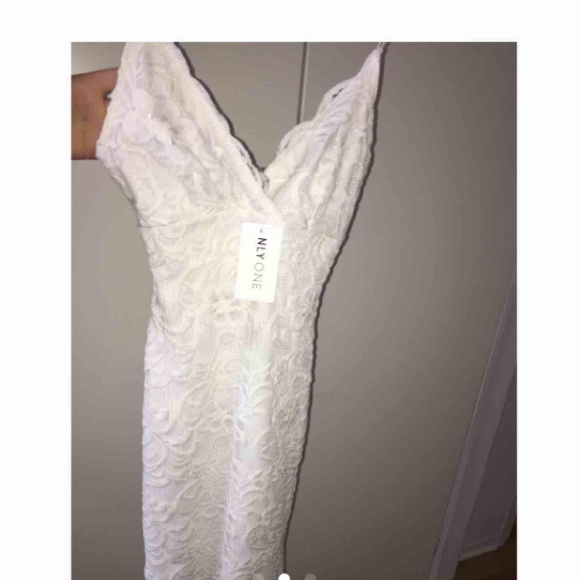 Jätte fin klänning som inte kommer till användning 💔sitter jätte fint och framhäver ens kurvor, från Nelly men slutsåld. Är den på sista bilden men kort modell.. Klänningar.