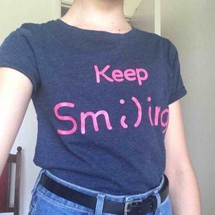 Mörkblå t-shirt med rosa text (keep sm;)ing) från NewYorker. Är i fint skick, har bara använt en gång. Säljer pågrund av fel storlek. (Fraktkostnad tillkommer) Pris kan diskuteras.