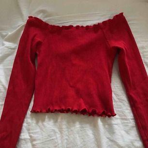 Röd offshoulder tröja från Gina tricot. Säljer därför att jag aldrig använder den!