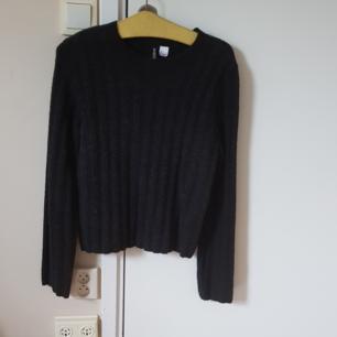 Långärmad stickat tröja från H&M i färgen svart.